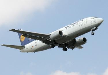 Lufthansa Maschine beim Landeanflug auf den Zürcher Flughafen