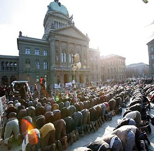 Muslime beten auf dem Bundesplatz in Bern