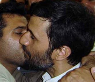 Irans Präsident Ahmadinejad küsst jungen Landsmann